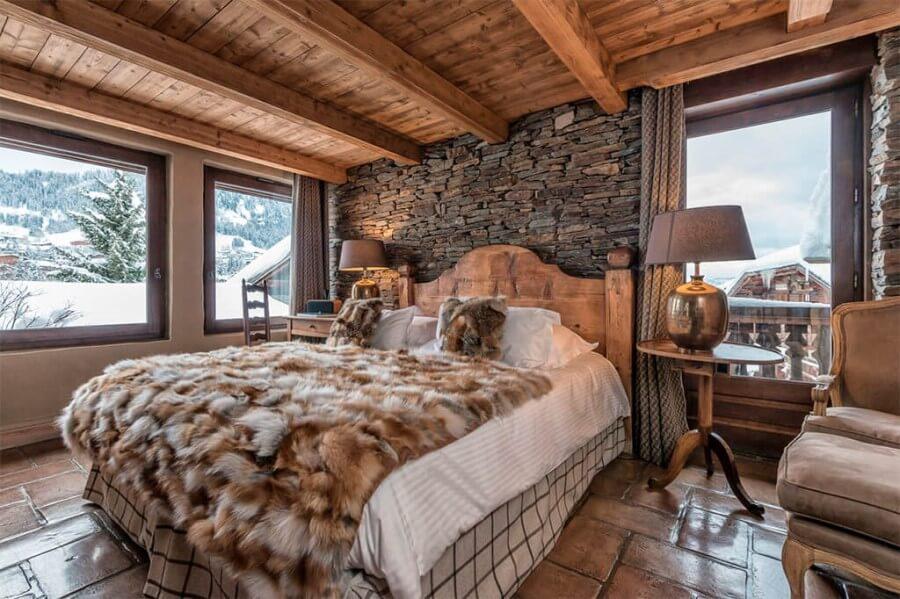 Картинка спальни, оформленной в стиле шале