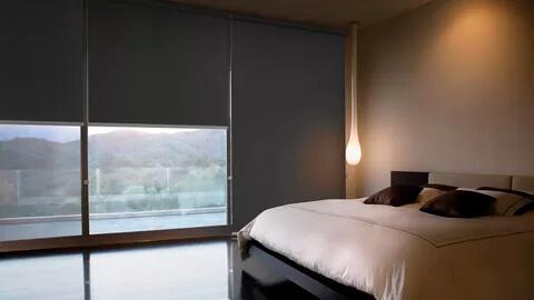 Рулонные шторы блэкаут в интерьере спальни
