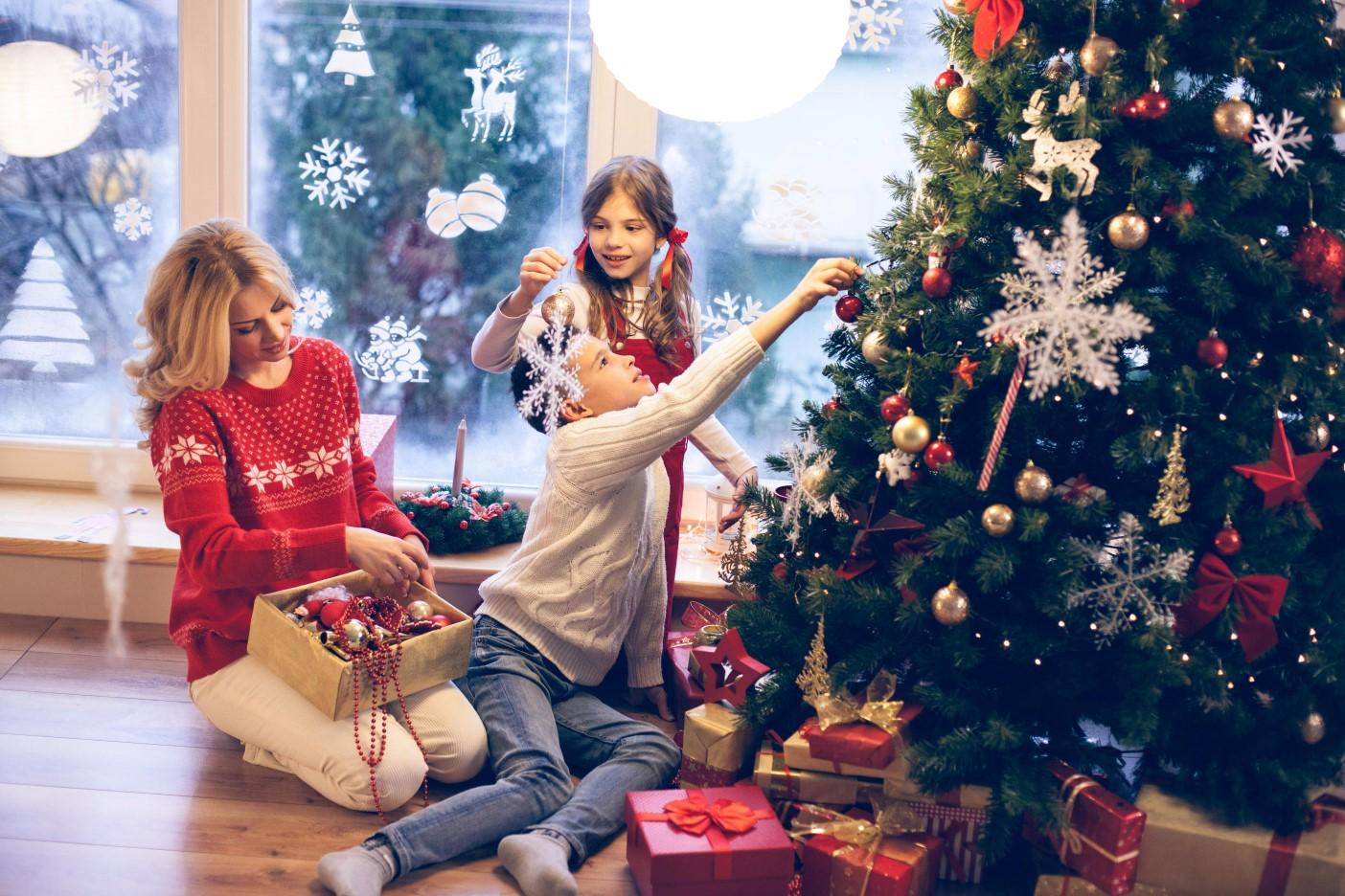 украшаем елку всей семьей